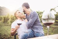 Paar küsst beim Weintrinken