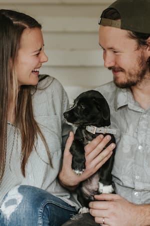 Paar mit kleinem Hund